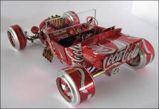 Auto hecho con latas de coca-cola recicladas.