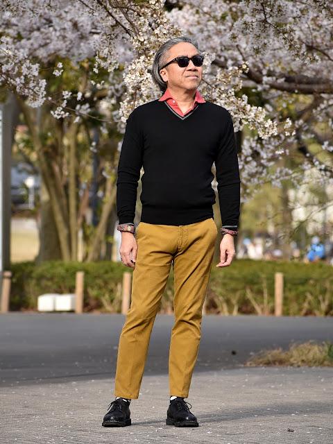 マスタード(黄色)パンツとブラックのコーディネート