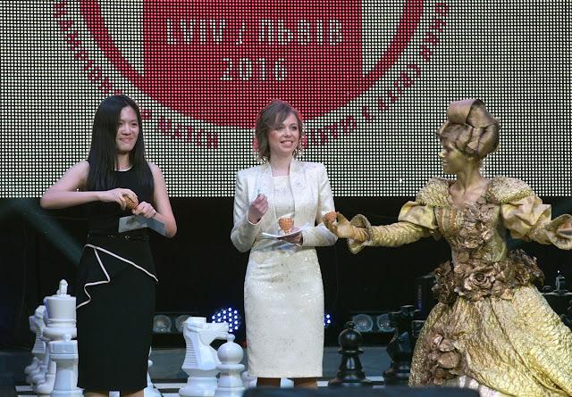 Hou Yifan y Mariya Muzychuk en la ceremonia de apertura del Campeonato Mundial Femenino