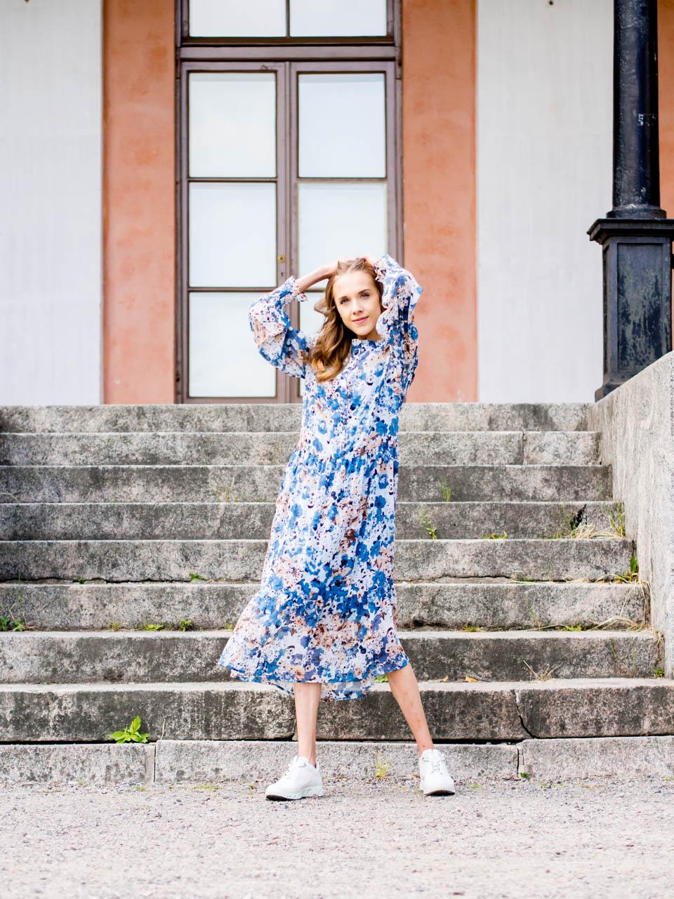 chunky-sneakers-floral-maxi-dress-outfit-fashion-blogger-streetstyle-scandinavia-muotibloggaaja-helsinki-kukkamekko-maksimekko-kesämekko-lenkkarit