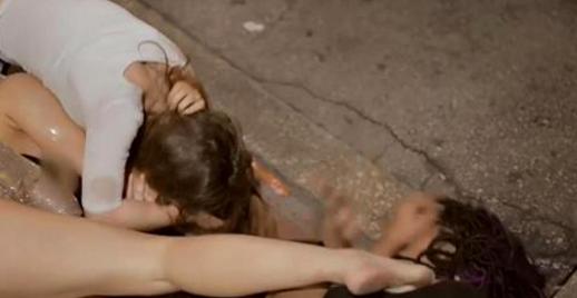 VIDÉO - Une jeune femme se bat avec des filles et finit... toute nue dans la rue !