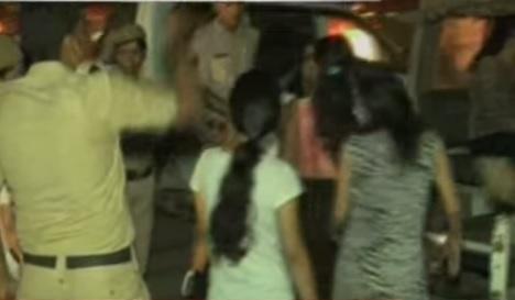 सादे ड्रेस में घूमती है महिला पुलिस, फंस जाते हैं मजनू, 76 दबोचे गए