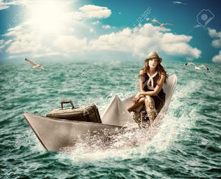 Γυναίκα ταξιδεύει με χάρτινη βάρκα στον ωκεανό.