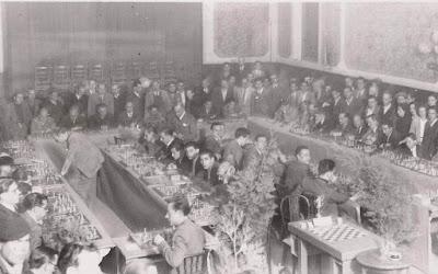 Rafael Lloréns dando unas simultáneas a 50 tableros en Reus el 21 de octubre de 1944