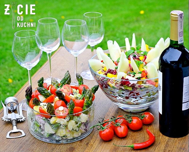 salatki, przyjecie w ogrodzie, salatki do grilla, salatki wiosenne, salatka z ziemniakow, salata, melon, dodatki do grilla, wiosna, ogrod, w ogrodzie, wies, w plenerze, weekend, maj, majowka, przepisy na szparagi, przyjecie grillowe, przepisy grillowe, wino, kieliszki do wina,