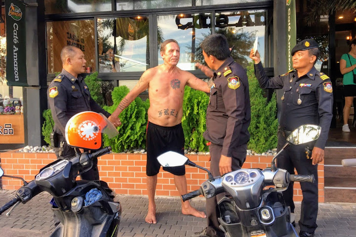 Police arrested a foreign man who was seen rampaging along Jomtien beach