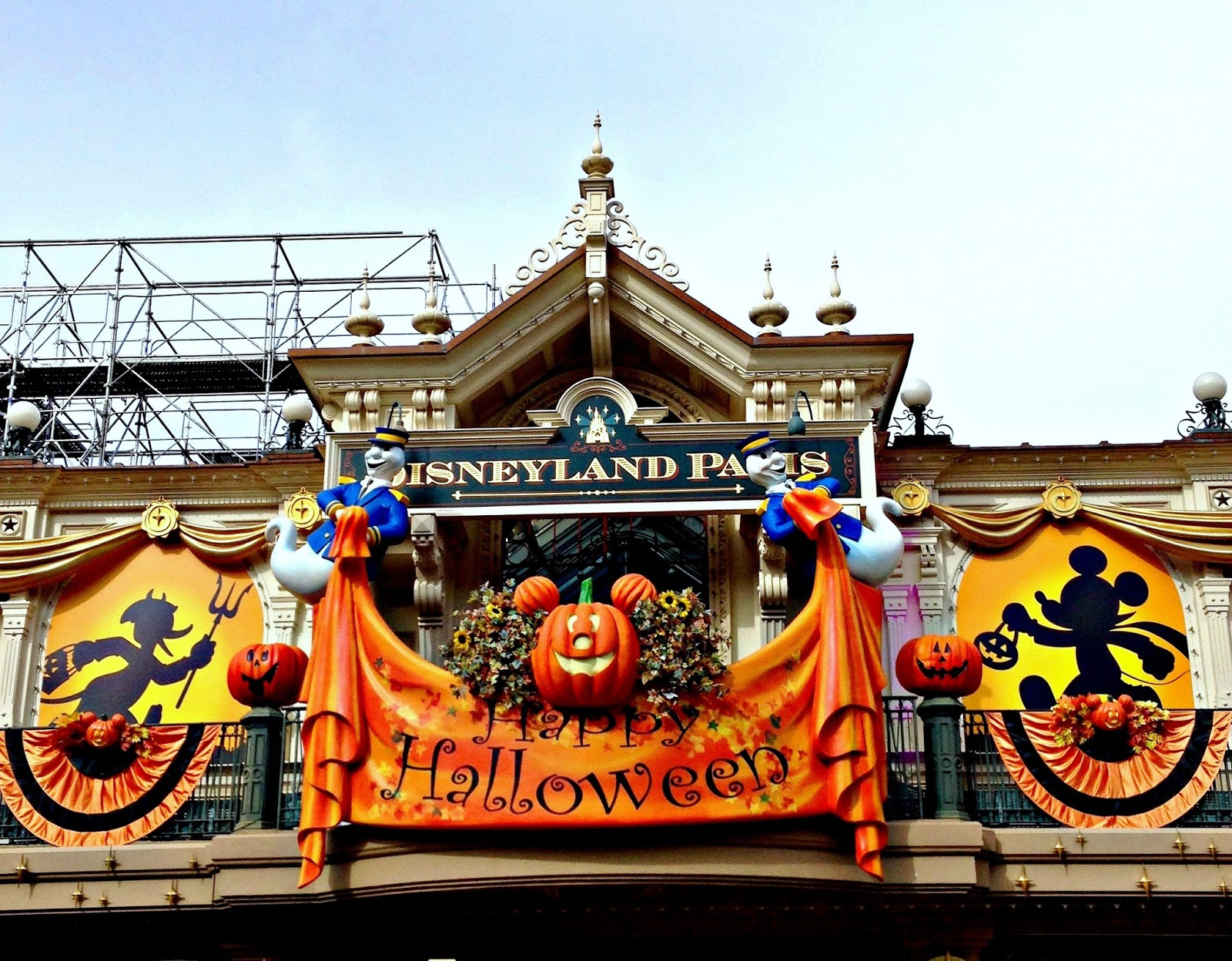 autumn and halloween celebrations at disneyland paris. Black Bedroom Furniture Sets. Home Design Ideas