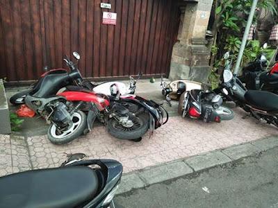 motor di robohkan pemilik rumah, pemilik motor marah-marah di media sosial