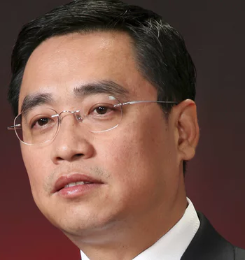 Chinese billionaire falls and dies while trying to take a picture