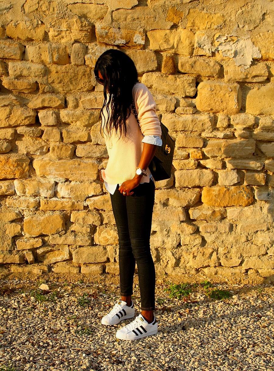 blog-mode-look-chic-adidas-superstar-sneakers-chanel-maxi-jumbo-pull-rose-pastel