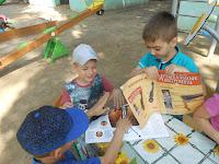діти переглядають журнали, присвячені музиці