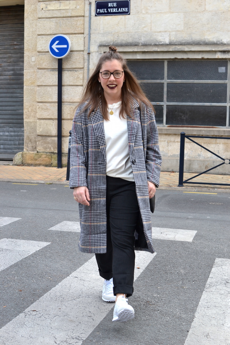 manteau long pied de poule La Redoute, top blanc Zara, pantalon gris foncé Uniqlo, trio bag céline, nike internationalist