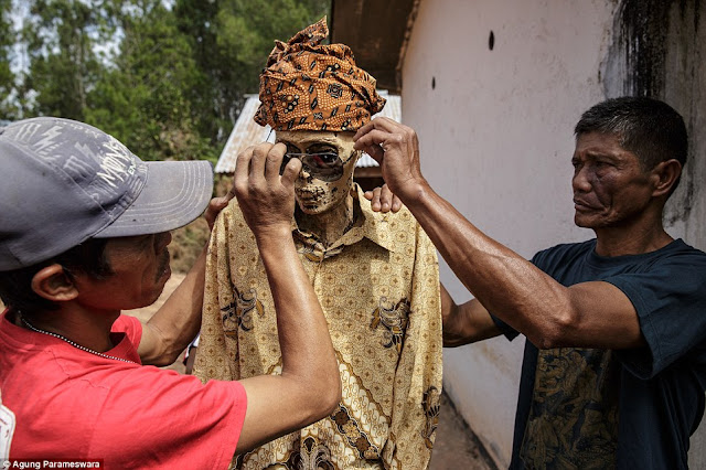 upacara ritual untuk membangkitkan mayat yang telah mati