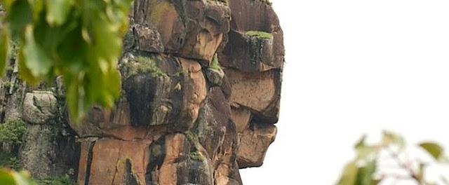 К северу от города Мали, в соседнем селе Dongol Lüüra, Гвинея, Лабе, обнаружена в гранитной скале статуя, которая представляет собой портрет женщины в головном уборе, вырезанный в скале. Лаура (фула Fello Loura, фр. Mont Loura) — высочайший пик (1,573 метра) на плато Фута-Джаллон, расположенный на севере Гвинеи. Находится в 7 километрах к северу от города Мали, в одноимённой префектуре. Размер статуи от основания до макушки составляет 140 метров. Лаура (фула Fello Loura, фр. Mont Loura) — высочайший пик (1,573 метра) на плато Фута-Джаллон, расположенный на севере Гвинеи. Находится в 7 километрах к северу от города Мали, в одноимённой префектуре. Лаура (фула Fello Loura, фр. Mont Loura) — высочайший пик (1,573 метра) на плато Фута-Джаллон, расположенный на севере Гвинеи. Находится в 7 километрах к северу от города Мали, в одноимённой префектуре. каменная принцесса Гвинеи удивительный каменный артефакт У подножия статуи находятся сеть пещер c мумиями охраняемых и почитаемых местными жителями. Статуя была обнаружена итальянским геологом, профессором Питони. Проведя исследование породы в нижней части скалы и пришел к выводу, что этот памятник должен был быть создан не менее 10000 — 12000 лет назад. Вблизи этой области в Сьерра-Леоне, профессор Питони возглавлял алмазные разработки. Африканские племена рассказали ему легенду о некоем Боге, который разгневался на принцессу и превратил её в камень. Он превратил небо в камень и бросил его на землю. И он превратил звезды в камень и поверг их на Землю. Mont Loura Altitude 1 515 m Massif Massif du Tamgué (Fouta-Djalon) Coordonnées 12° 06′ 43″ Nord 12° 15′ 47″ Ouest Лаура (фула Fello Loura, фр. Mont Loura) — высочайший пик (1,573 метра) на плато Фута-Джаллон, расположенный на севере Гвинеи. Находится в 7 километрах к северу от города Мали, в одноимённой префектуре. Является частью горного массива под названием Массив Тамге (фр. Massif de Tamgue). Наиболее интересной особенностью является скальный профиль, который напоминает жен