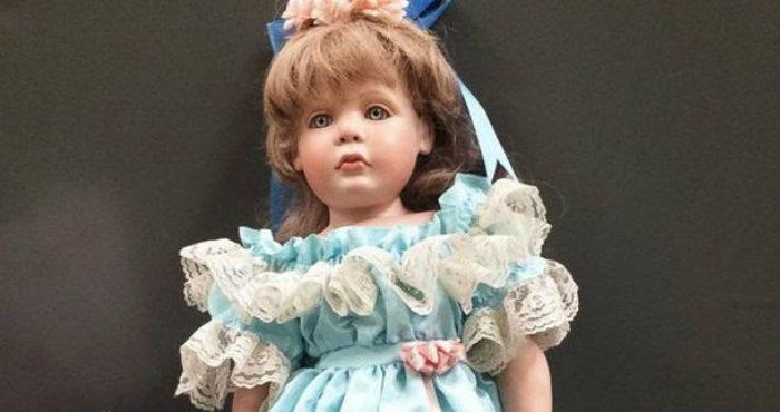 Mengerikan, Ada Boneka Tiba-Tiba Muncul di Depan Rumah Keluarga