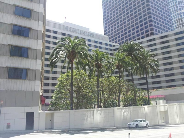 Wilshire Grand Hotel before demolition from the street