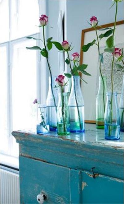 Botol kaca berwarna putih bening bisa dihias atau diwarnai supaya jadi lebih cantik