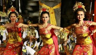 6 Kesenian Indonesia yang Membuat Turis Asing Terpikat