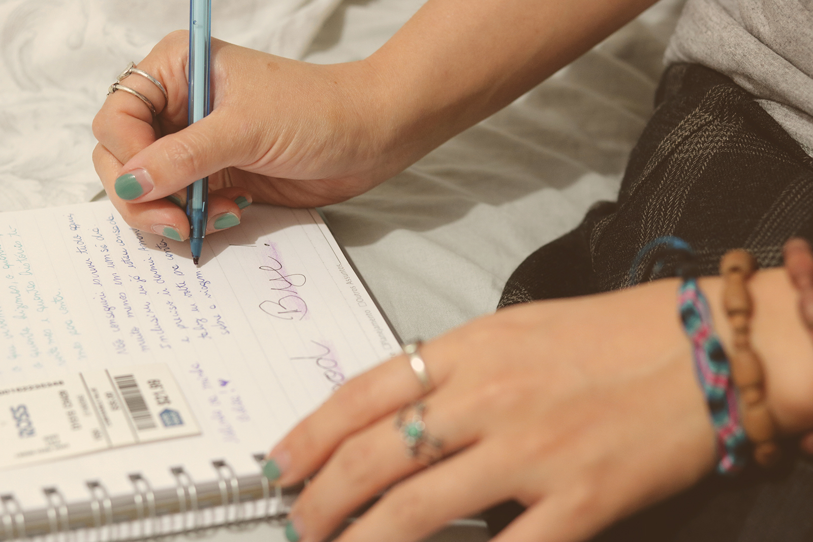garota escrevendo no bullet jornal