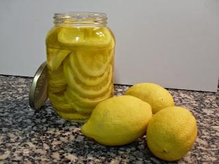 Limones en conserva con aceite.