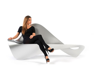 Sofá plateado con mujer bonita rubia sentada