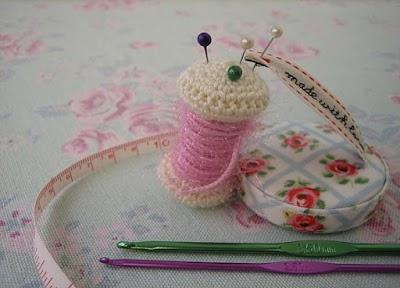 Alfileteros de Crochet Imitando Bobinas de Hilo