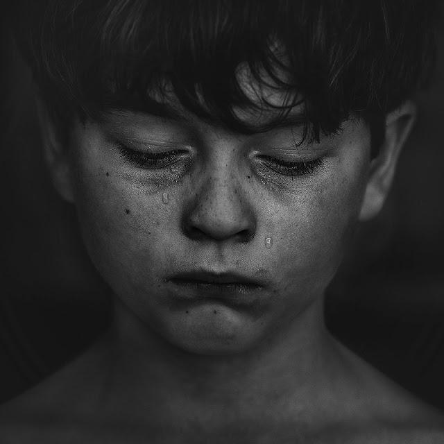 dečak plače
