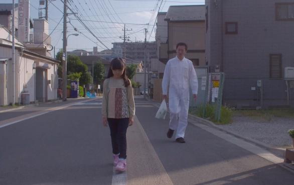 Hotaru (Momone Shinokawa) et Yasaka (Tadanobu Asano) dans Harmonium de Kōji Fukada (2016)