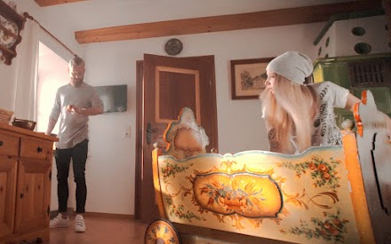 Volvo Trucks präsentiert eine limettengrüne Elternhilfe in einem schrägen Baby Film | Anzeige