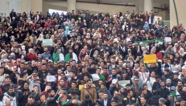 """قبيل إغلاق باب الترشح.. طلبة الجزائر يصرخون """"جمهورية ماشي مملكة"""""""