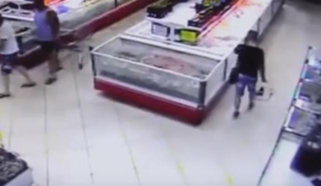 Em mercado, peixe pula e cai na cesta de cliente; veja vídeo