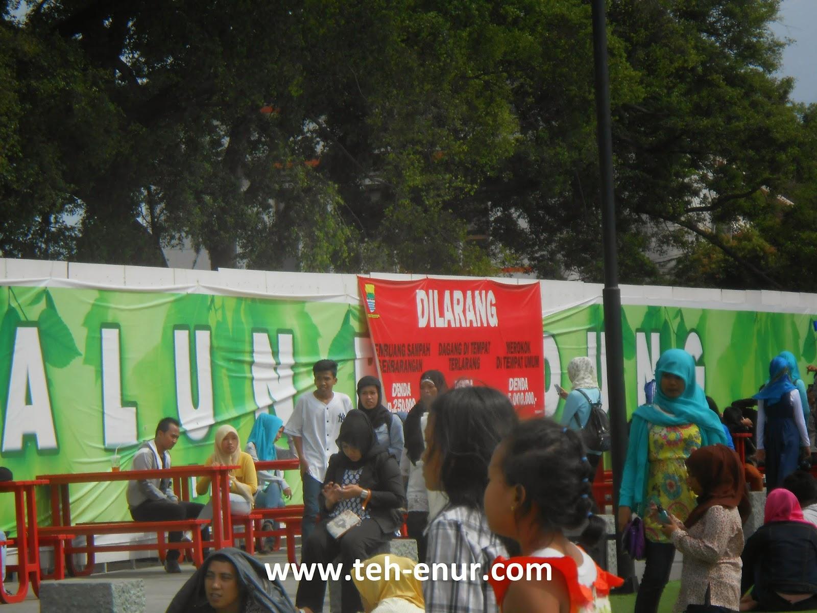 Kumpulan foto-foto Alun-alun kota Bandung - Meja dan kursi merah di sebelah timur