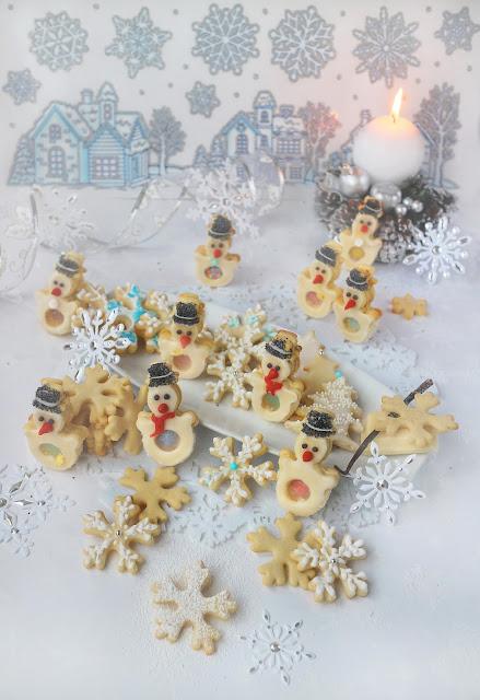Коледни ванилови бисквити с бял шоколад