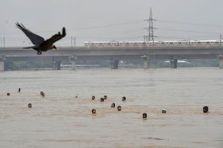flood-in-delhi-people-on-safe-place