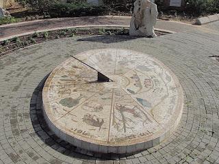שעון שמש בפתח תקווה - גן השבטים