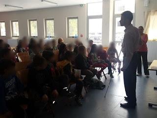 Ο Βαγγέλης εξηγεί στους μαθητές τι είναι το λευκό μπαστούνι