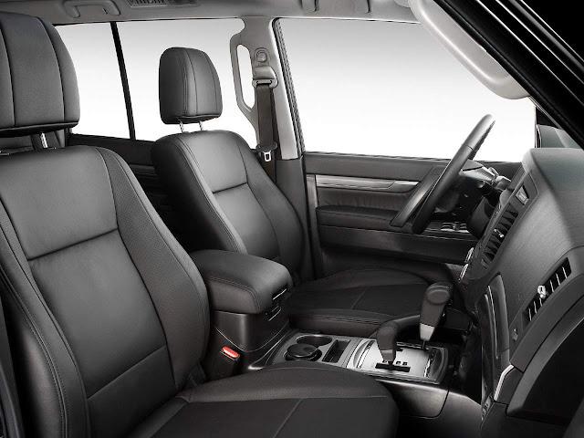 Mitsubishi Pajero Full 2017 - interior