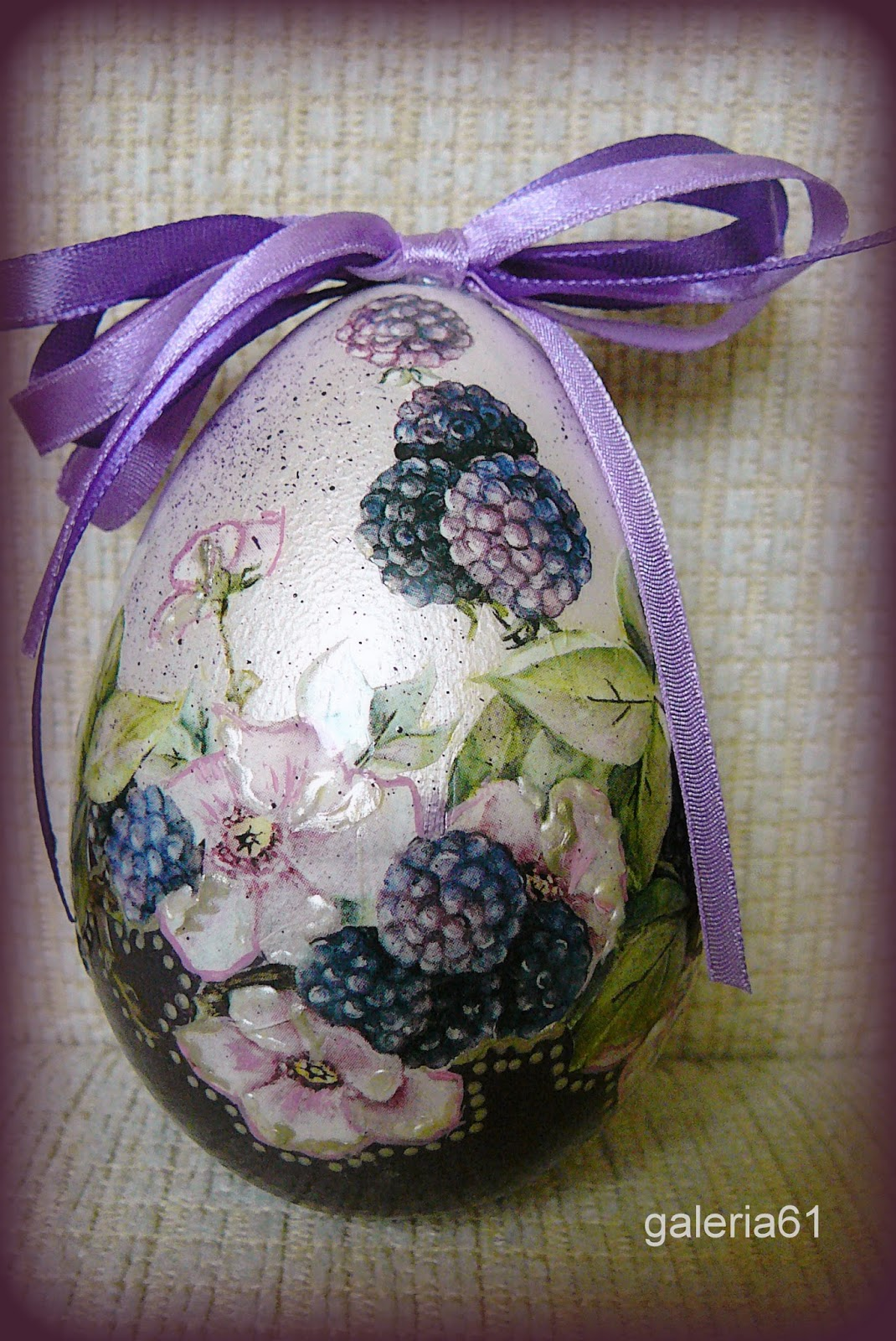 pisanka wielkanocna fioletowa - jeżyny, kropki, kokardki