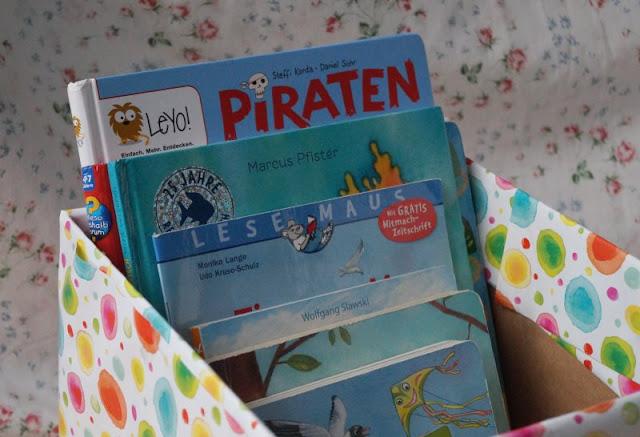DIY: Bücherbox aus Windelkarton basteln (Eine einfache Idee). Einfach aus einem alten Karton un dmit Geschenkpapier eine Box für die Kinderbücher basteln!