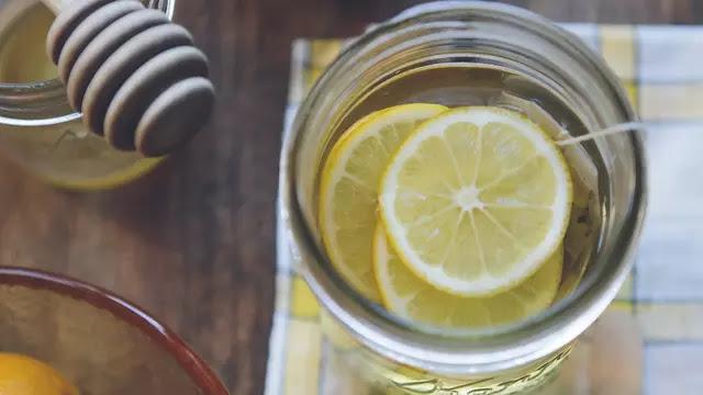 Manfaat Minum Air Lemon Saat Sahur