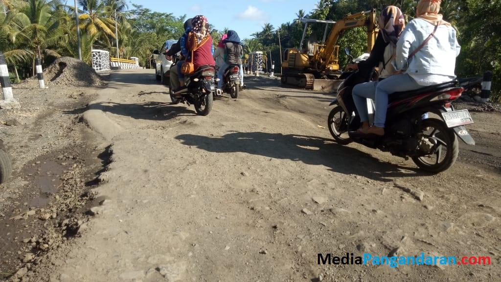 Warga Keluhkan Kondisi Jalan Sekitar Jembatan Cibeureum di Cimerak Rusak Parah