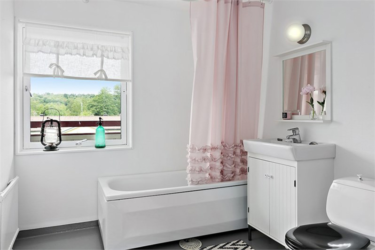baño estilo nordico decoracion nordica blanco muebles ikea cortina rosa alfombra interiorista barcelona alquimia deco