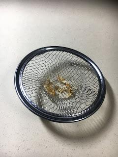 切り絵を飾るための金箔準備