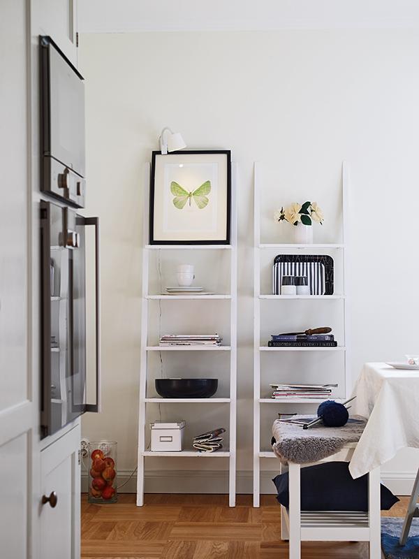 escalera con estantes