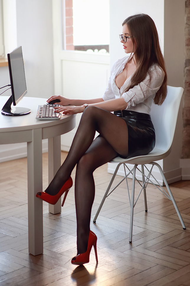 Ariadna Majewska  Dziewczyna%2Bw%2Bokularach%2Bkoszula%2Brajstopy%2Bszpilki%2Bsekretarka