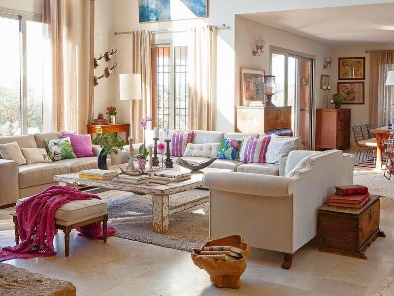 Amenajare in ivoar cu accente de rosu si violet intr-o casa rustica din Spania
