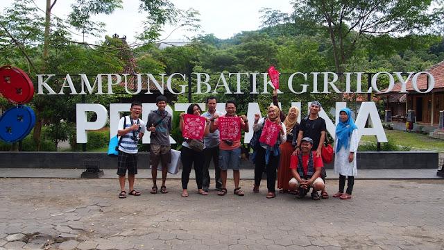 Foto bareng di depan tulisan Kampung Batik Giriloyo, Wukirsari