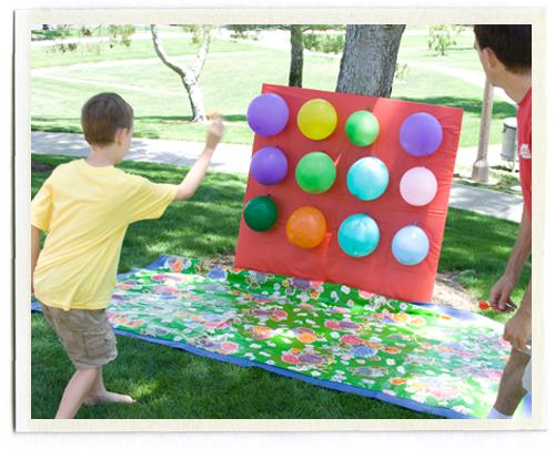 jocuri pentru copii mari i mici aruncarea la tinte din baloane cu apa. Black Bedroom Furniture Sets. Home Design Ideas