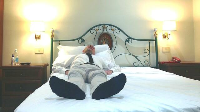 Tidur pakai kaus kaki