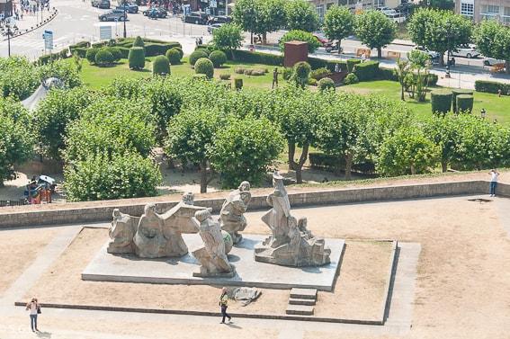 Monumento entre dos mundos. Bayona